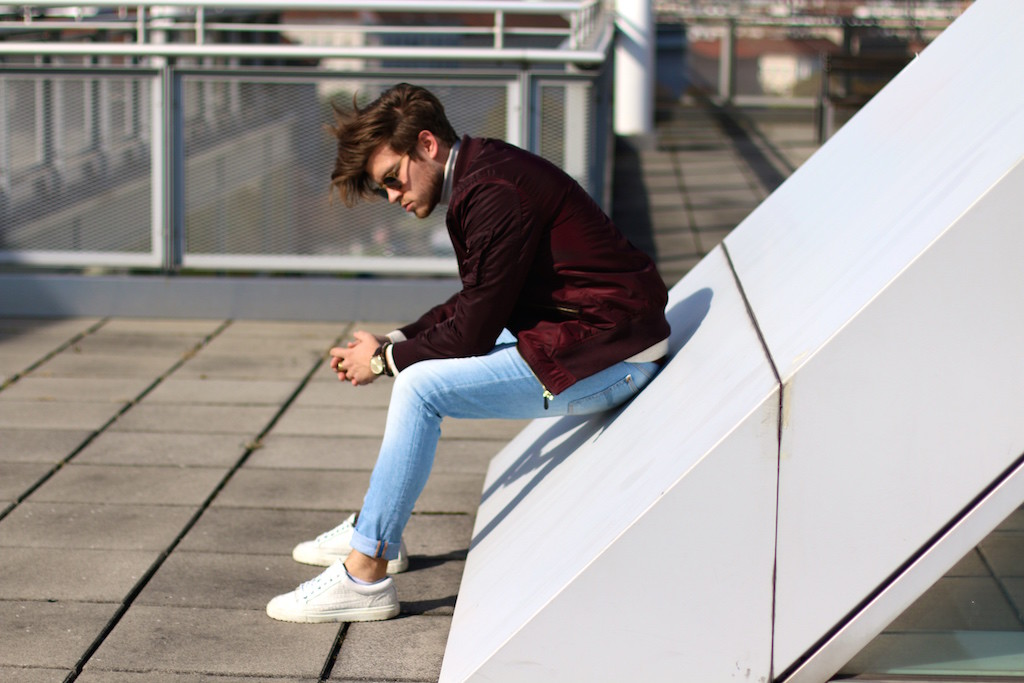 menswear blogger wearing light blue nudie jeans and beige turtleneck sweater by filippa k white sneakers by ETQ Amsterdam Wien Vienna Spring Outfit Early Spring Streetlook for men Männerblog Männermode Herrenmode Frühlingstrends