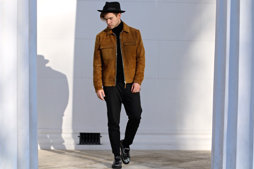 HM Studio SS16 Men's Must Haves H&M Leatherjacket H&M Studio SS16 Lederjacke Rauhlederjacke Allblack Retro Chic Outfit Malemodel wears H&M mustard suede Jacket from H&M Studio SS16 Collection and Allsaints hat and Allsaints cropped chinos with Filippa K turtleneck and Axel Arigato Sneakers menswear blogger austrianblogger maleblogger Herrenmode Männerblog