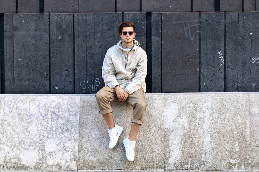 menswear blogger stylisch young men stands in front of concrete wall wearing H&M Studio SS16 Collection wide rolled up slacks in sandy beige tones with white sneakers a progressive spring outfit for the creative modern man spring/summer trends 2016