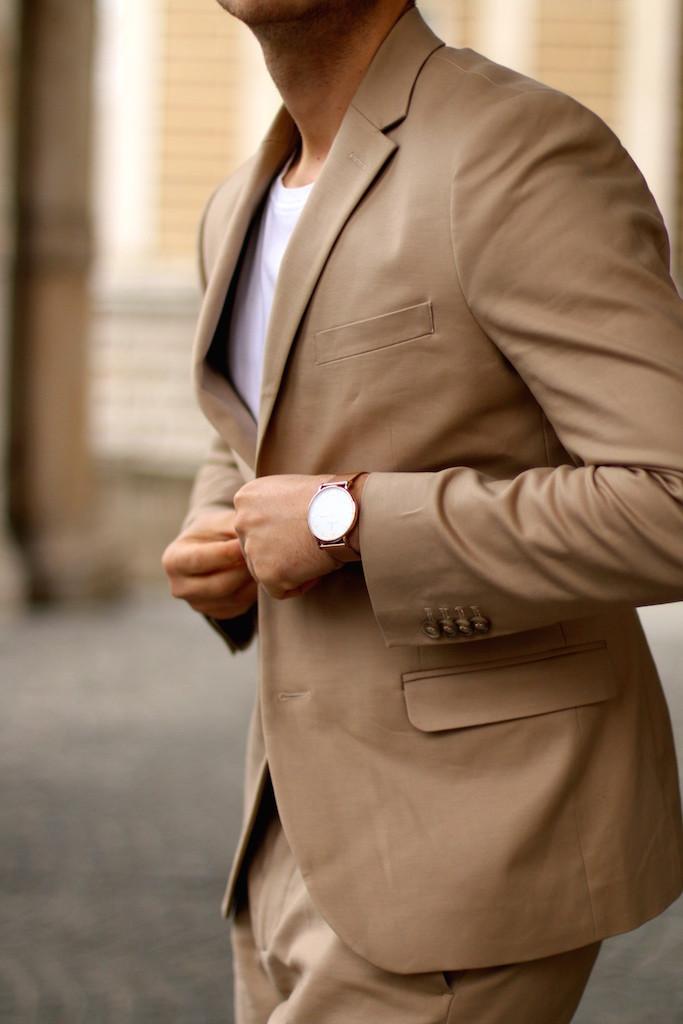 smart business casual suit selectedbydavidbeckham h&m beige camel suit suit and sneakers oliver peoples opticals etq sneakers beige and white wien herrenmode modeblogger männerblog menswear mode für den mann stilberatung david beckham modern essentials