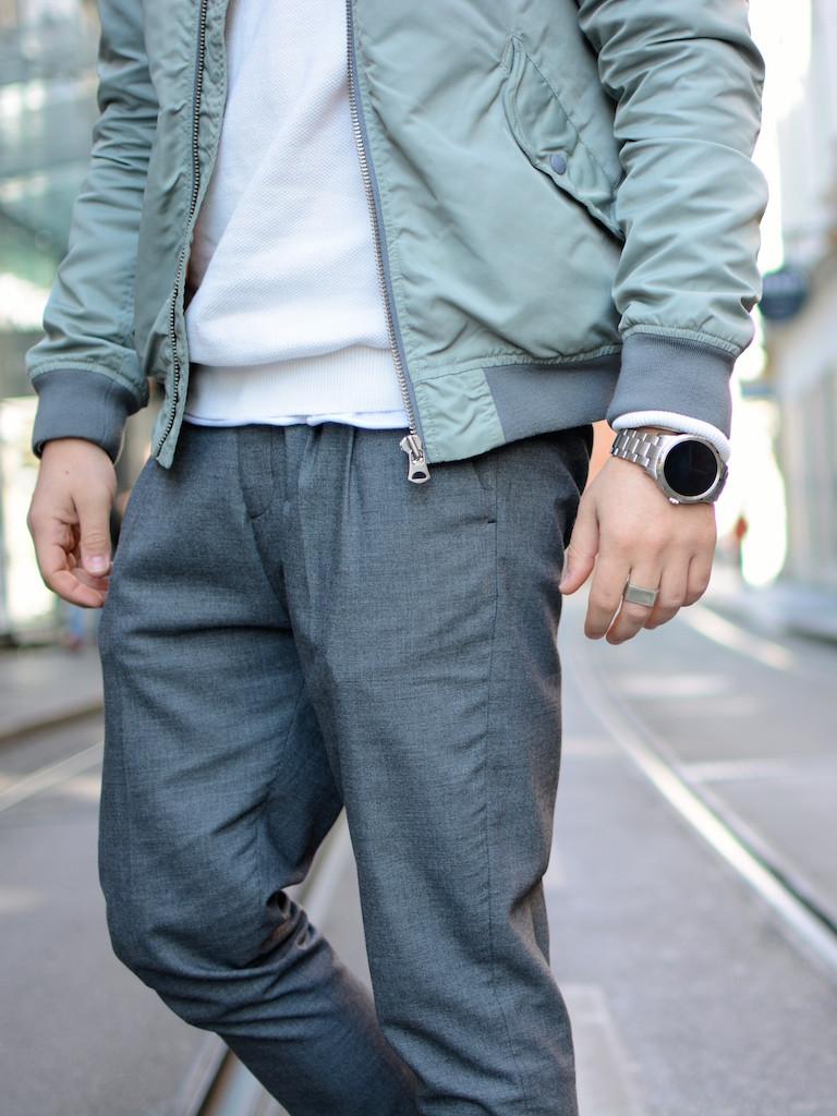 Detailaufnahme Herrenmode Outfit von Modeblogger Meanwhileinawesometown mit Grauer Chino weißem Pulli und Gründer Bomberjacke