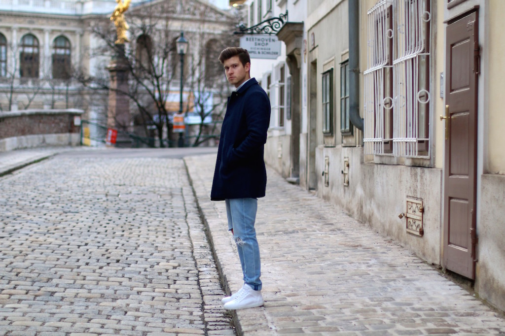 Herrenblogger präsentiert Winteroutfit von Aboutyoude vor der Universität Wien