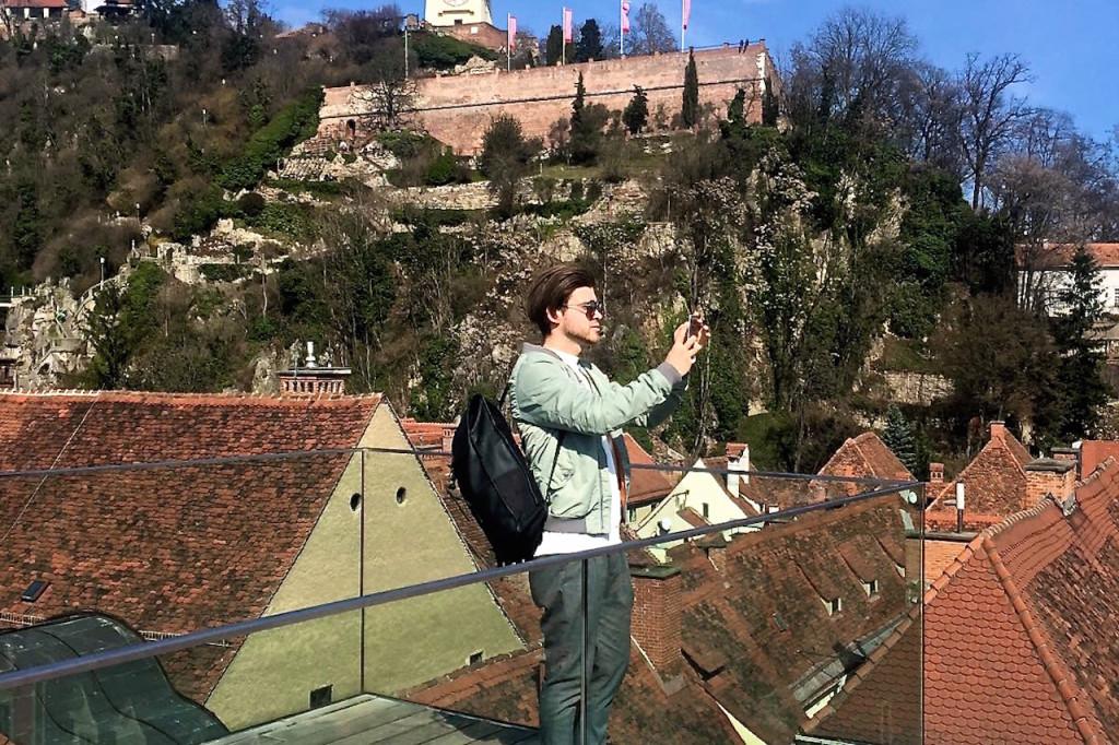 Herrenmode Männerblogger Meanwhileinawesometown beim Foto machen vor dem Grazer Uhrturm