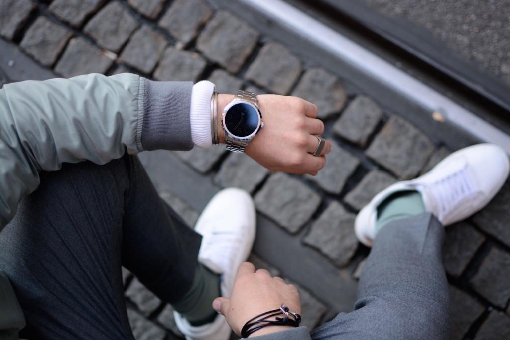 Herrenmode Outfitfromabove mit Fossil Q Smartwatch und weißen ETQ Amsterdam Sneakers bei der Michael Kors Graz Eröffnung getragen von Modeblogger Meanwhileinawesometown