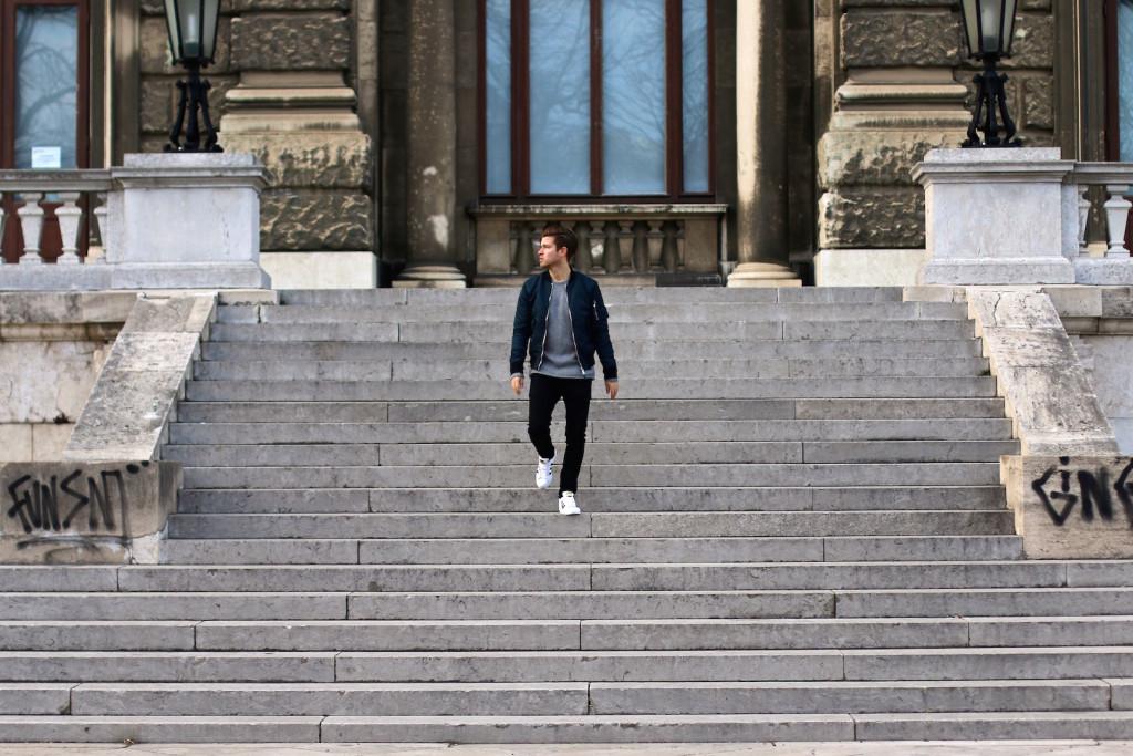 Männerblogger geht stufen der Nationalbibliothek im Burggarten hinunter