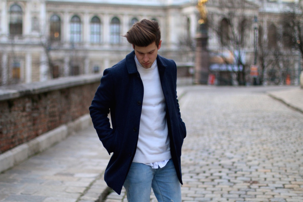 Maleblogger wearing navy winter coat by Selected Homme and white sweater in front of University of Vienna
