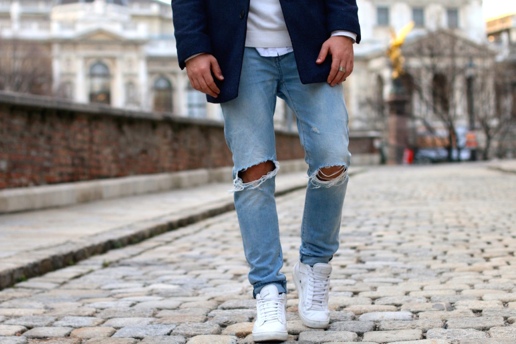 Maleblogger wearing ripped jeans by Neuw Denim and white premium sneakers by ETQ Amsterdam