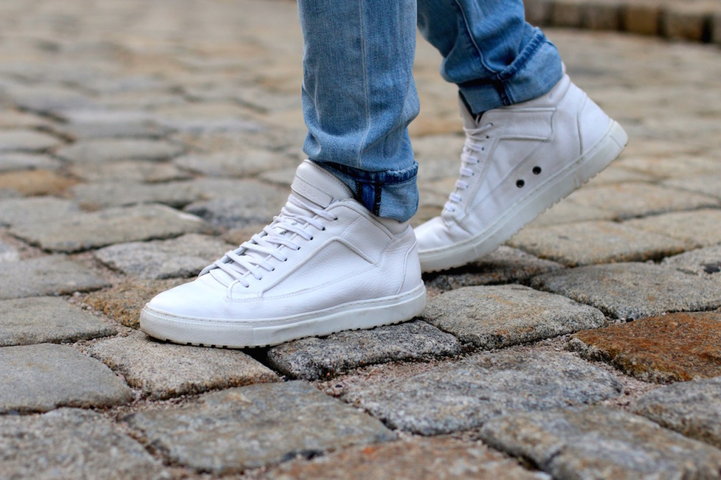 Maleblogger wearing white ETQ Mid Top Sneakers and light blue Neuw Denim Jeans