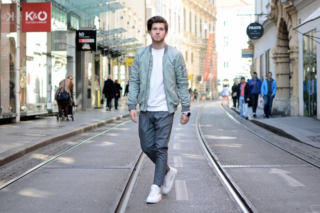 Outfitpost von Modeblogger Meanwhileinawesometown in der grazer Innenstadt Graue Chino von Oscar Jacobson weiße etq sneakers und grüne scotch und soda bomberjacke Fossil Q Smartwatch