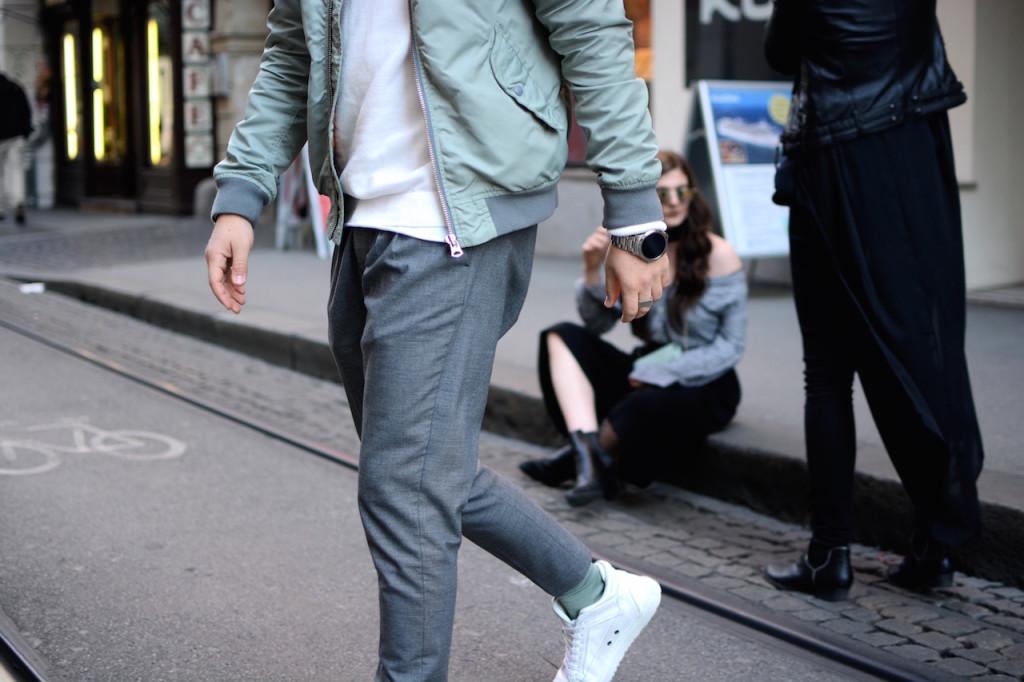 Streetstyle Outfit von Herrenmode Modeblogger Meanwhileinawesometown mit weißen etq sneakers und weißem sweater grüner scotch und soda bomberjacke