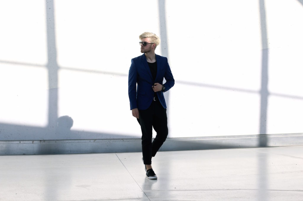 Meanwhile in Awesometown Austrian Mens Fashion and Lifestyle Blogger Deep Blue Selected Homme Blazer AllSaints Dyer Trousers Tods Shades Men with blonde hair