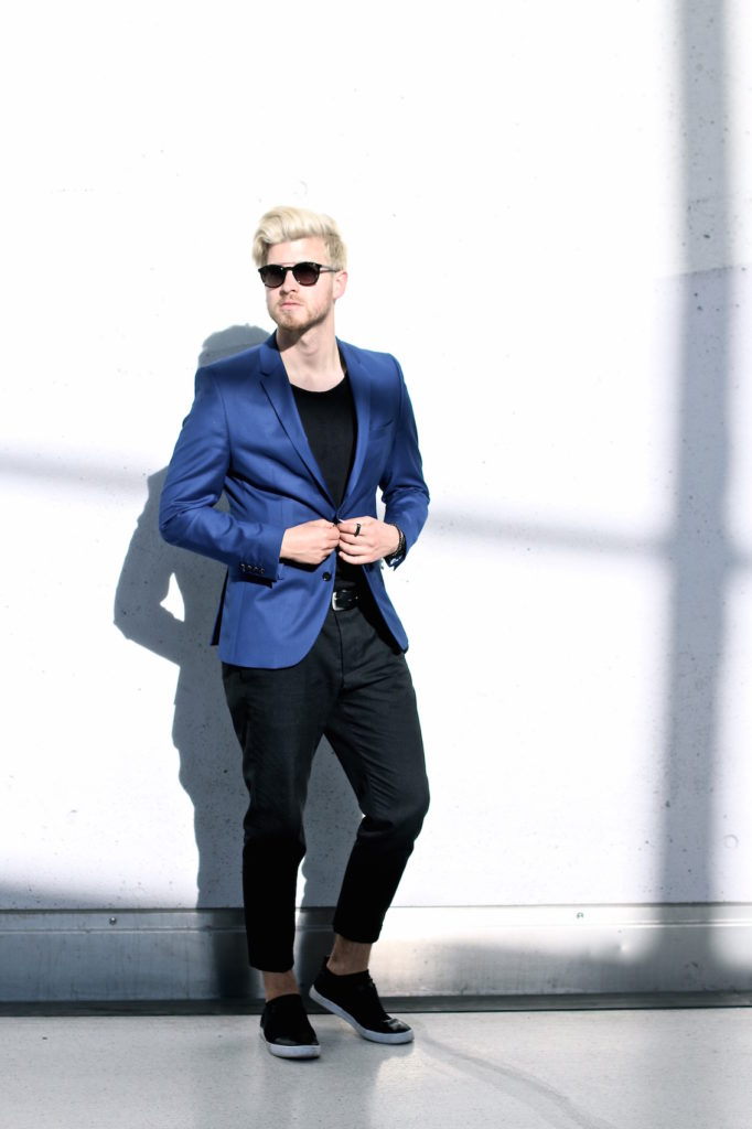 Meanwhile in Awesometown Austrian Mens Fashion and Lifestyle Blogger Deep Blue Selected Homme Blazer AllSaints Dyer Trousers Tods Shades Men with blonde hair_3