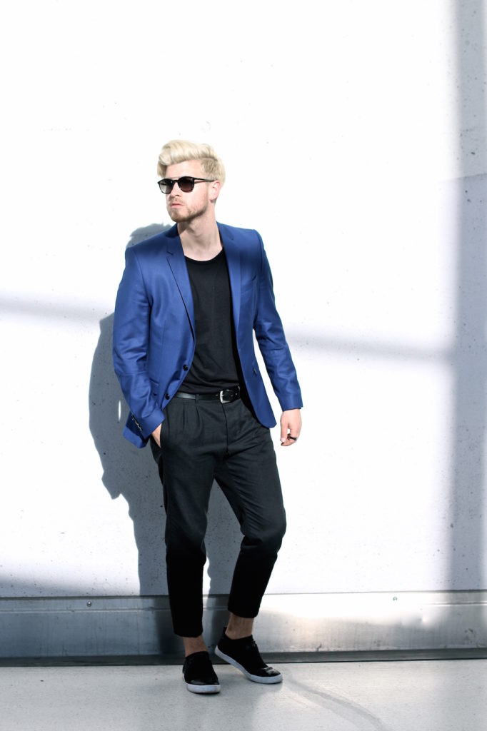 Meanwhile in Awesometown Austrian Mens Fashion and Lifestyle Blogger Deep Blue Selected Homme Blazer AllSaints Dyer Trousers Tods Shades Men with blonde hair_4