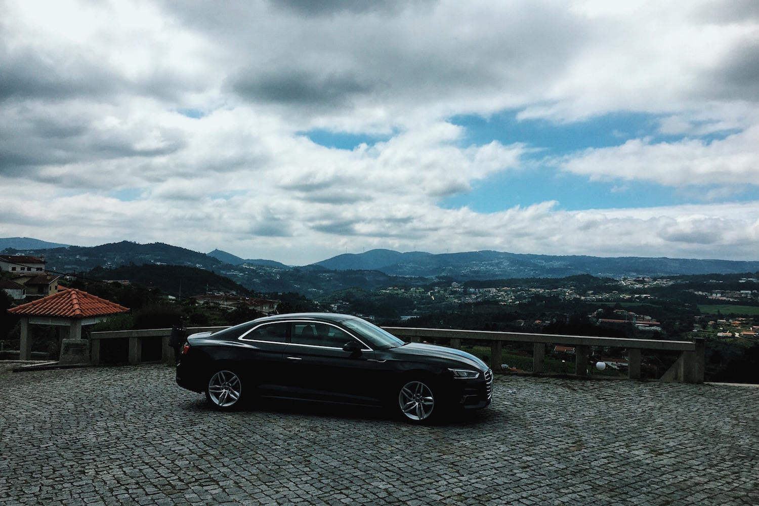 Travel-Diary_A-Long-Weekend-In-Porto_by-Meanwhile-in-Awesometown_Mens-Fashion-and-Lifestyle-Blog-from-Austria_Audi A5 in front of view on Douro Valley.jpg