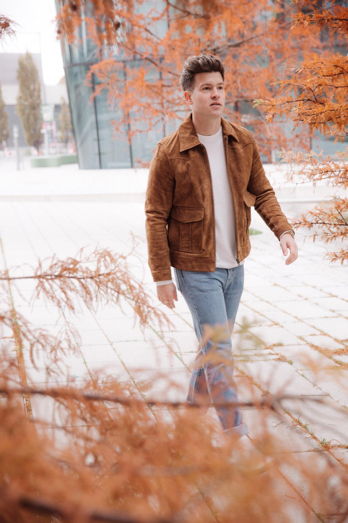 weekday Herbstoutfit Wildlederjacke 90er Jahre Jeans und Stickpulli Outfitpost von Meanwhile in Awesometown - Wiener Männermode und Lifestyle Blogger
