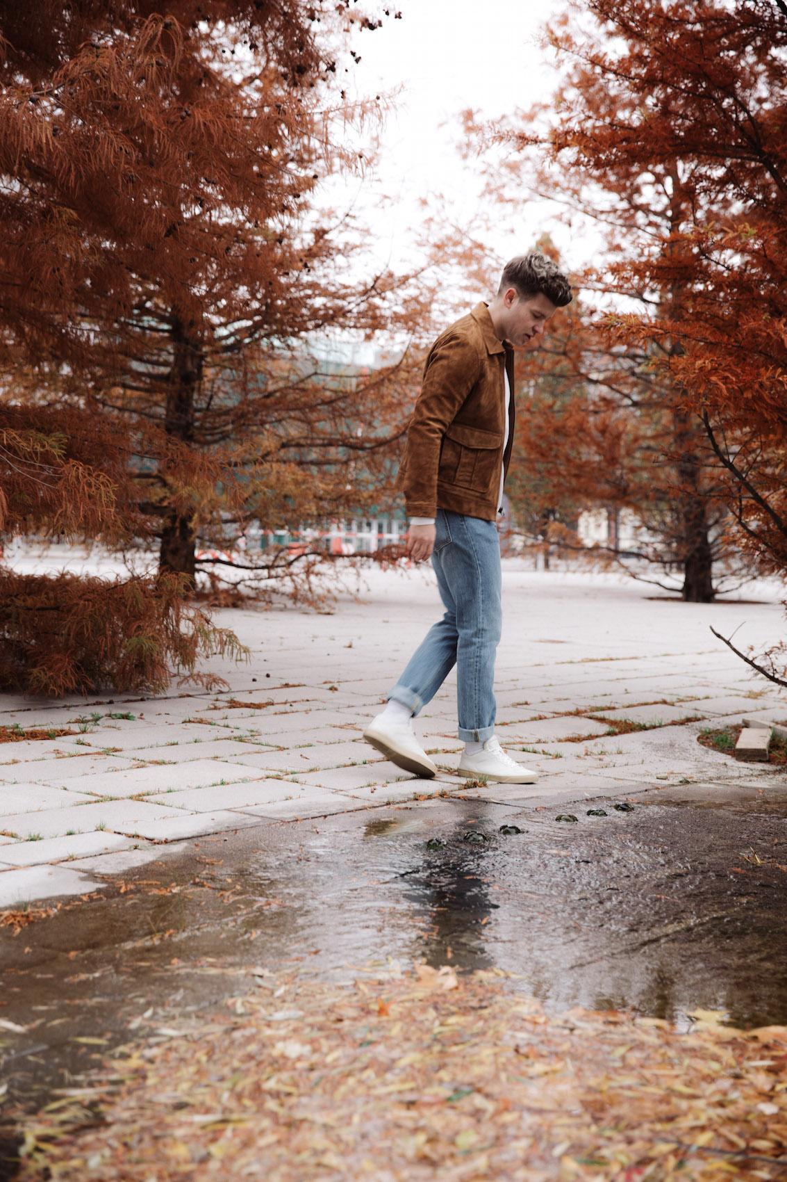 weekday Herbstoutfit Wildlederjacke 90er Jahre Jeans und Stickpulli Outfitpost von Meanwhile in Awesometown - Wiener Männermode und Lifestyle Blogger1