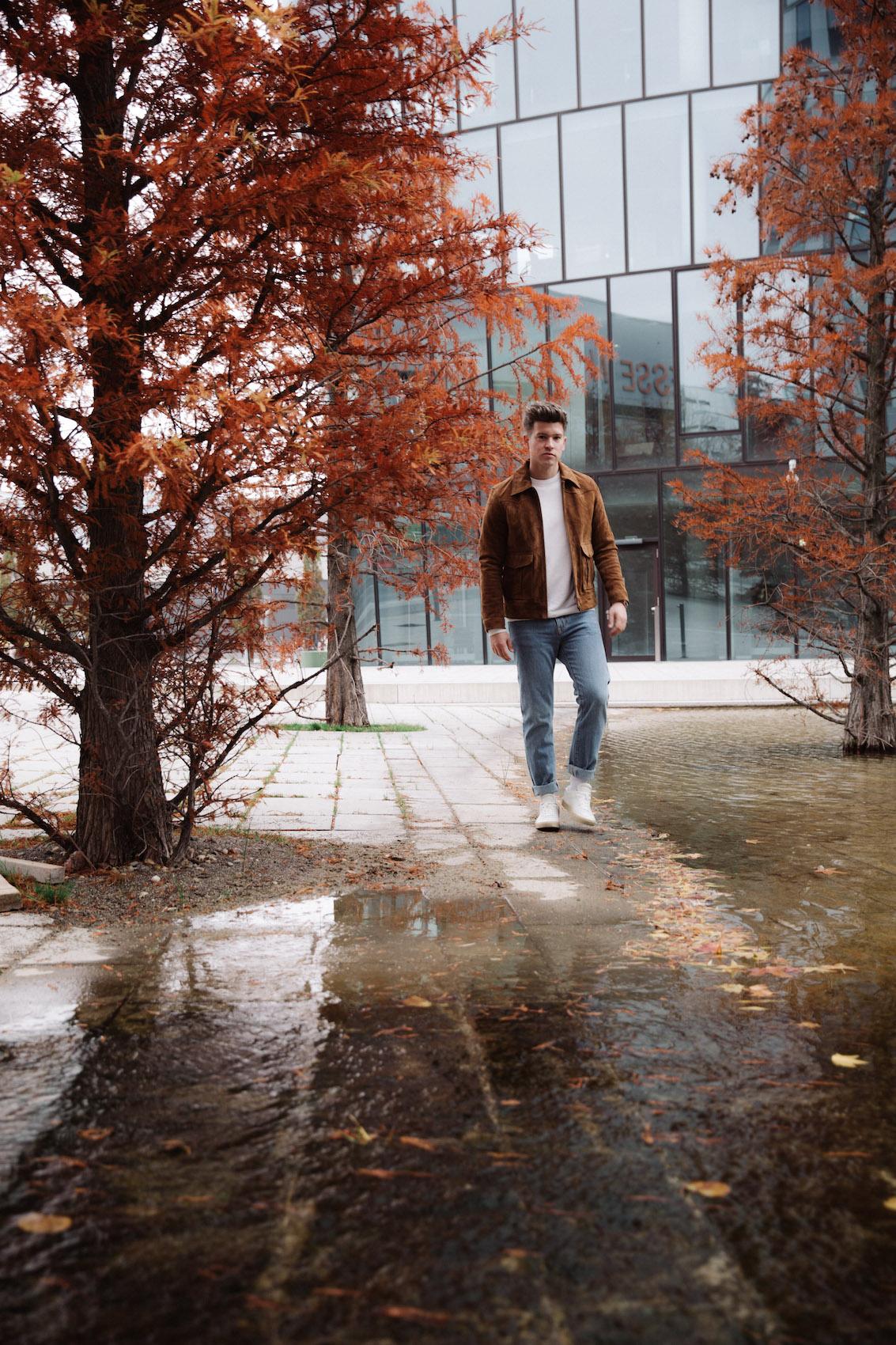 weekday Herbstoutfit Wildlederjacke 90er Jahre Jeans und Stickpulli Outfitpost von Meanwhile in Awesometown - Wiener Männermode und Lifestyle Blogger2
