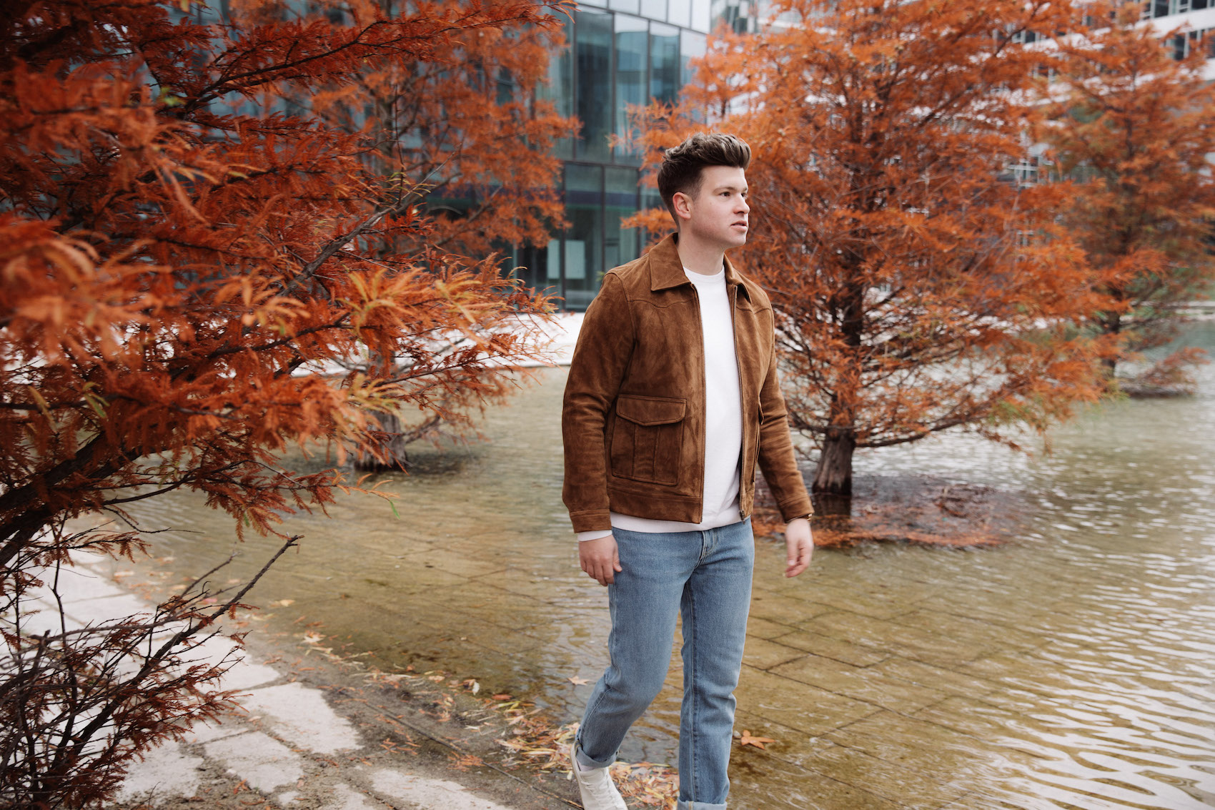 weekday Herbstoutfit Wildlederjacke 90er Jahre Jeans und Stickpulli Outfitpost von Meanwhile in Awesometown - Wiener Männermode und Lifestyle Blogger4