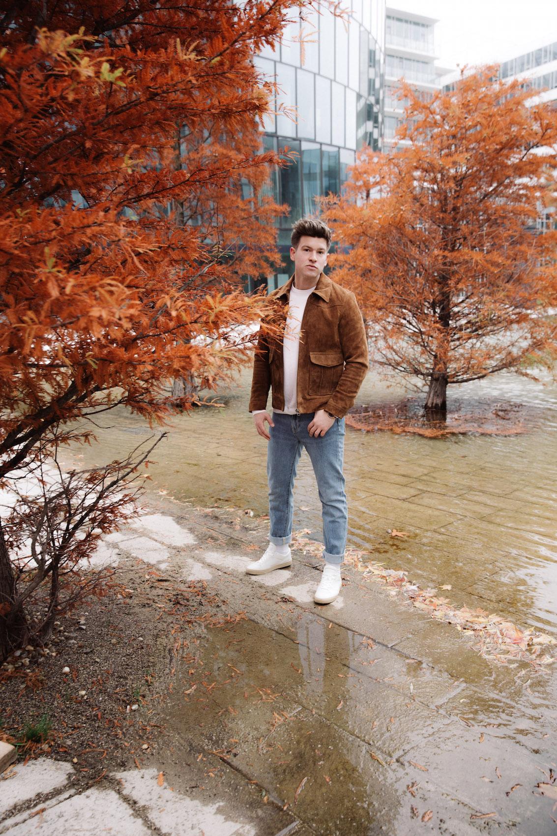 weekday Herbstoutfit Wildlederjacke 90er Jahre Jeans und Stickpulli Outfitpost von Meanwhile in Awesometown - Wiener Männermode und Lifestyle Blogger16