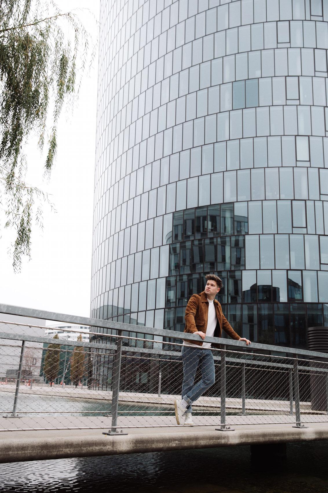 weekday Herbstoutfit Wildlederjacke 90er Jahre Jeans und Stickpulli Outfitpost von Meanwhile in Awesometown - Wiener Männermode und Lifestyle Blogger7