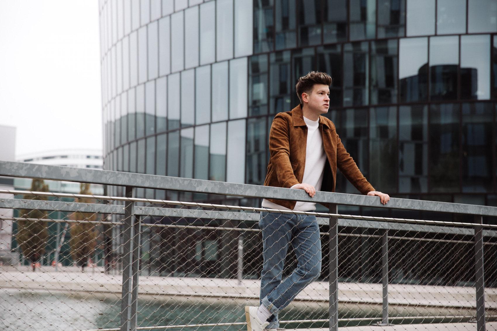 weekday Herbstoutfit Wildlederjacke 90er Jahre Jeans und Stickpulli Outfitpost von Meanwhile in Awesometown - Wiener Männermode und Lifestyle Blogger9